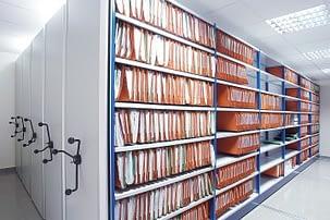 rayonnage d'archives et bureau
